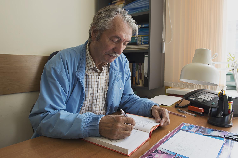 Станислав Миронович Козел подписывает книги для студентов Coursera
